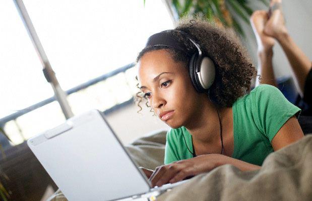 ragazza-ascolta-musica-laptop_183374
