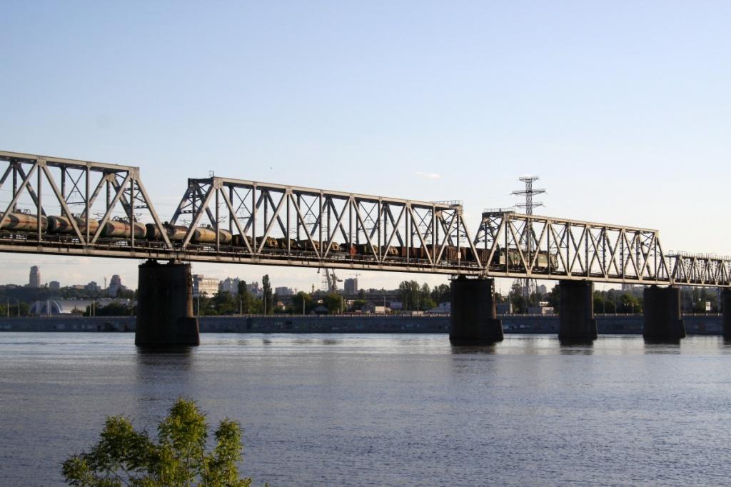 in treno merci sul ponte
