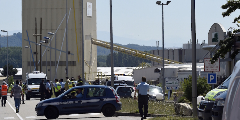 Alcuni poliziotti e pompieri francesi all'entrata della fabbrica di Air Products a Saint-Quentin-Fallavier (PHILIPPE DESMAZES/AFP/Getty Images)