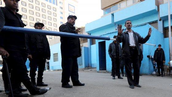 Controlli di polizia davanti all'obitorio dove si trova la salma di Giulio Regeni (reuters)