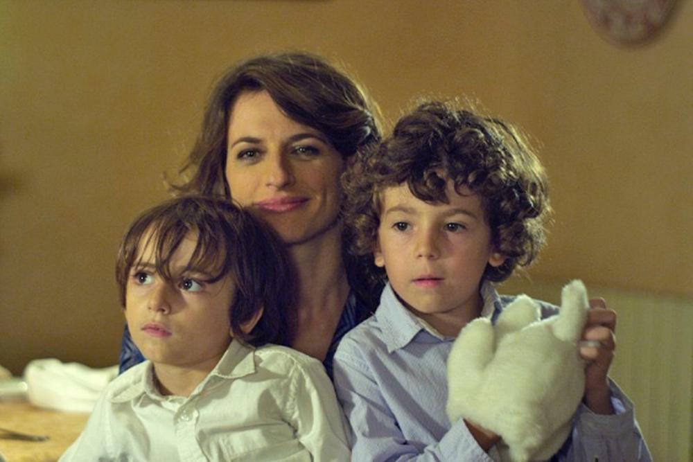 Anita Kravos in una scena del film con due giovanissimi attori. Fonte: movieplayer.it