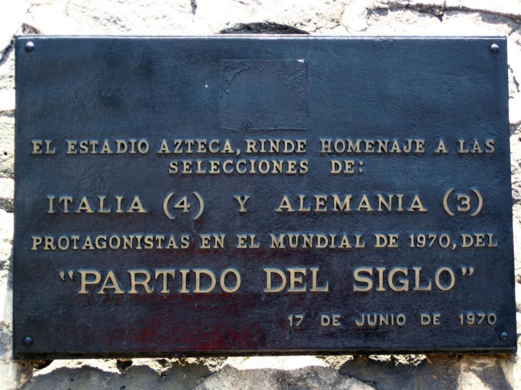 """Targa esposta fuori dallo stadio di Città del Messico per ricordare la """"Partita del Secolo"""" (1970)"""
