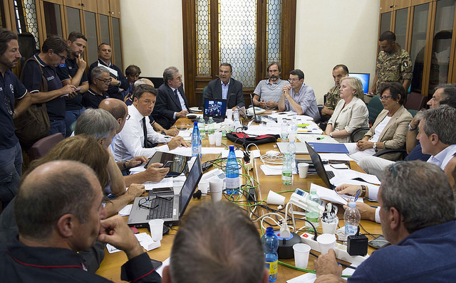 Il presidente del Consiglio Matteo Renzi partecipa a una riunione tecnico-operativa nella sede della Prefettura. Fonte: flickr.com