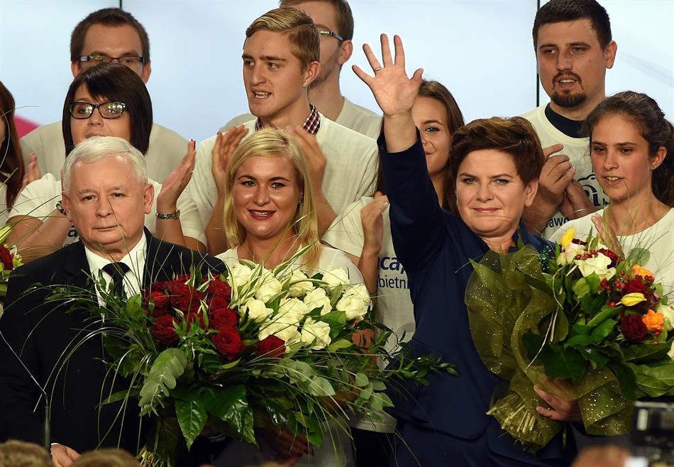 Jaroslaw Kaczynski, a sinistra, leader del partito conservatore Diritto e Giustizia (PiS) e Beata Szydlo, candidata a primo ministro, festeggiano dopo l'annuncio della vittoria alle elezioni politiche (JANEK SKARZYNSKI/AFP/Getty Images)