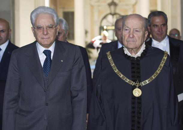 Il presidente della Repubblica Sergio Mattarella (s) e il presidente della Corte Costituzionale Paolo Grossi (d). ANSA/GIORGIO ONORATI