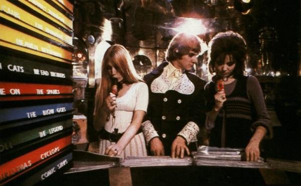 Arancia-Meccanica-Malcolm-McDowell-scena-negozio-di-musica
