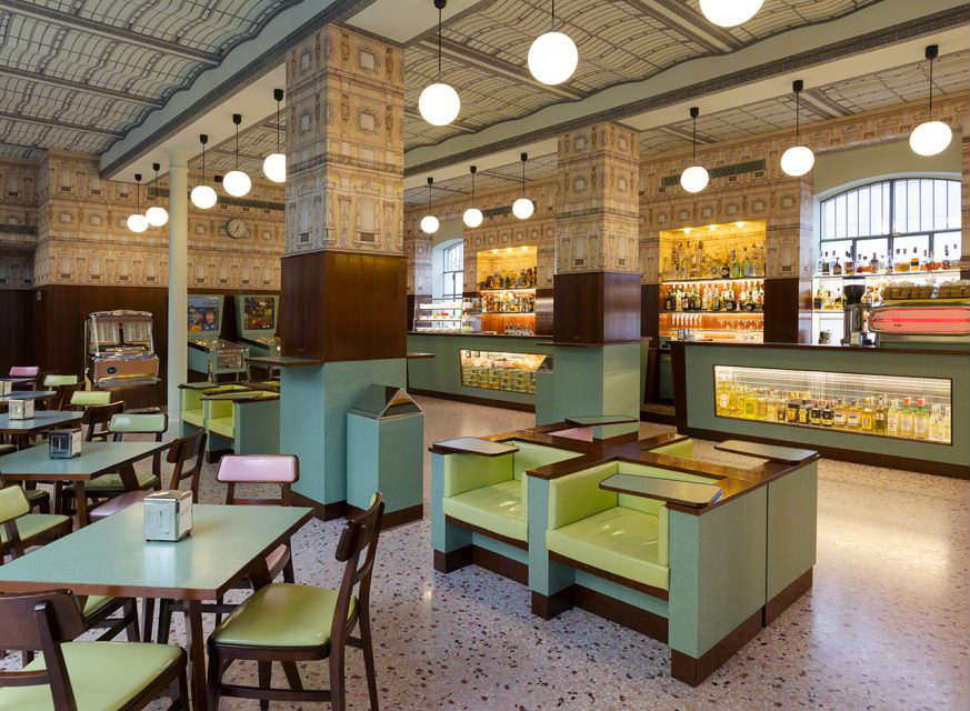 locali ispirati wes anderson bar luce