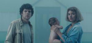 Jesse Eisenberg e Imogen Poots con il bambino
