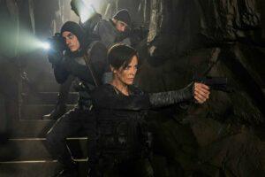 Charlize Theron e Luca Marinelli in una scena di the old guard recensione del film netflix