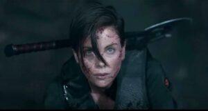 Charlize Theron in una scena di the old guard recensione del film netflix