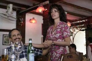 Gael Garcia Bernal e Penelope Cruz in una scena di Wasp Network, il film Netflix di Olivier Assayas