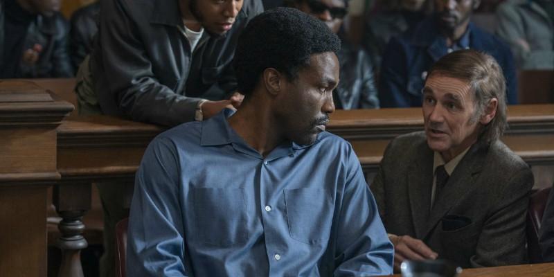 Yahya Abdul-Mateen II e Mark Rylance in una scena de Il processo ai Chicago 7