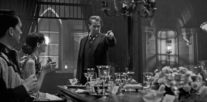 Gary Oldman in una scena di Mank